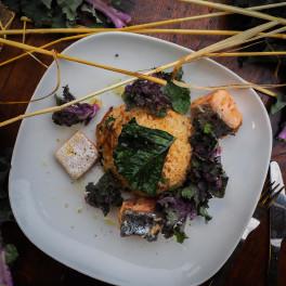 Oosters gekruid rijstpannetje met flower sprouts en zalm